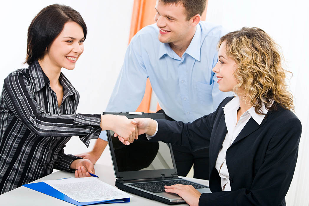 Kommunikation stärken - Zwei Frau geben sich nach dem Meeting die Hand.