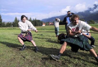 Zwei Männer im Schottenrock beim Seilziehen.