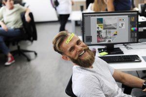 Mann lacht glücklich in die Kamera